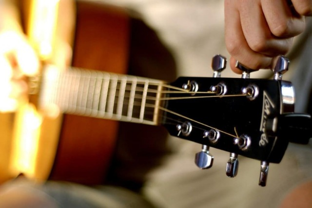 Как настроить классическую гитару?